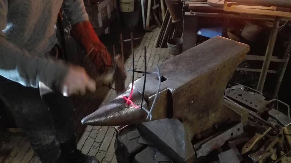 Met naald en hamer